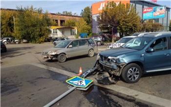 Пожилому водителю «Тойоты» стало плохо, и он снес знаки и две машины на правобережье Красноярска