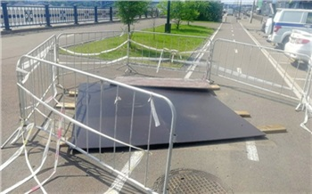 Провал асфальта на набережной Енисея в Красноярске отремонтируют к осени