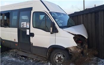 В Туве пьяный водитель «Тойоты» врезался в автобус: пострадали 11 детей