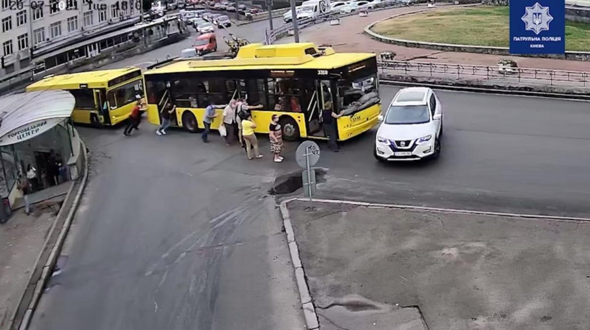 В Киеве пассажиры толкали застрявший троллейбус и не заметили, как он въехал в Nissan