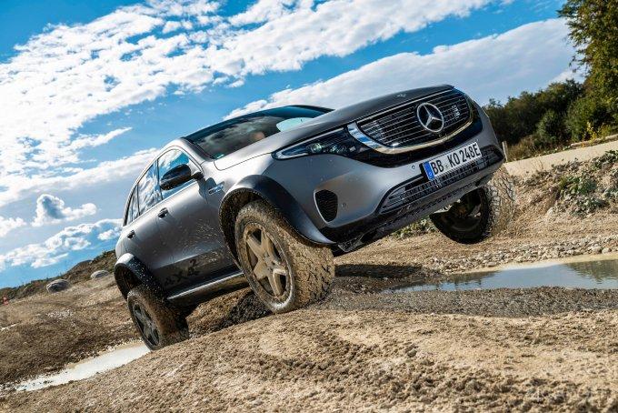 Представлено официальное видео с электрическим внедорожником Mercedes EQC 4×4² (2 фото + видео)
