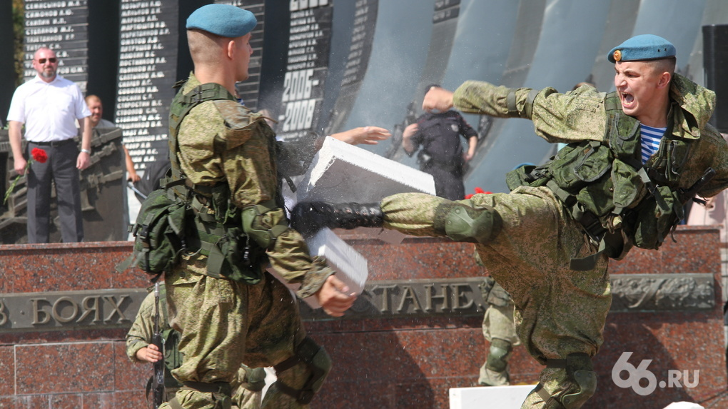 В Екатеринбурге отметили «усеченный» День ВДВ с гуляниями, парашютистами и стрельбой. Фоторепортаж