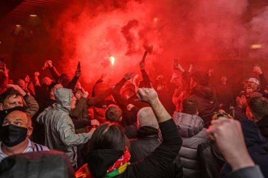 Фанаты «Манчестер Юнайтед» устроили беспорядки из-за конфликта с владельцами клуба и сорвали матч с «Ливерпулем»