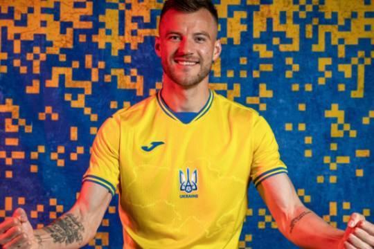УЕФА запретил сборной Украине выступать в форме с националистическим лозунгом