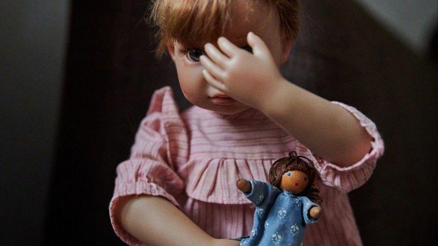 Малышку, которую чуть не убила родная мать, избили приемные родители в Москве