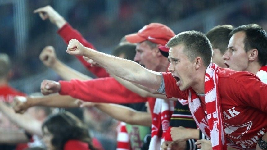 Видео: фанаты «Спартака» и «Арсенала» закидали друг друга креслами во время матча