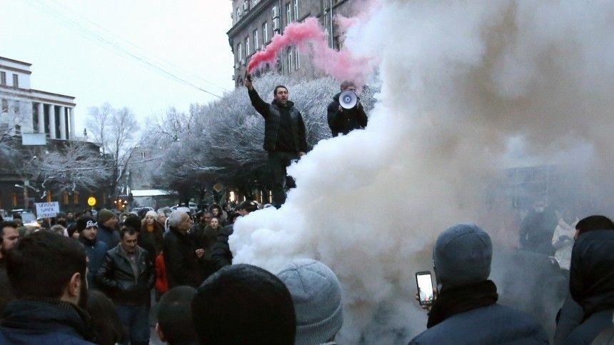 Тысячи жителей Еревана вышли на улицы и требуют отставки Пашиняна — видео