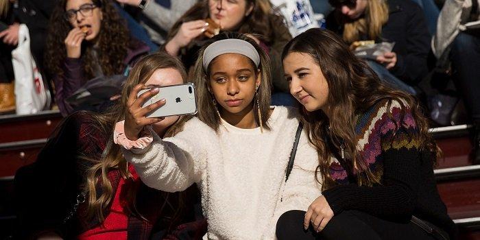 Американские подростки одержимы iPhone, но не в восторге от Apple TV+