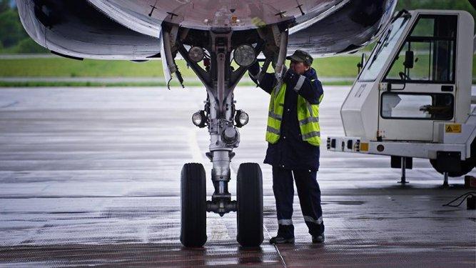 Минтруд намерен разрешить женщинам работать авиамеханиками