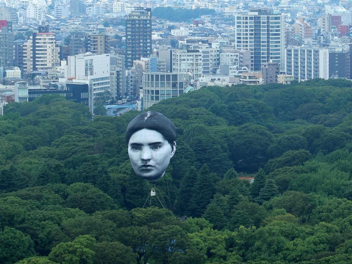 Гигантская серая голова целый день летала над Токио, пугая жителей
