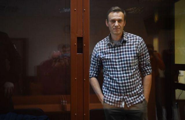 «Привилегий не заслужил». Что люди думают о приговорах Навальному