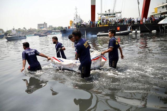 В Бангладеш при столкновении лодки с баржей погибли 25 человек