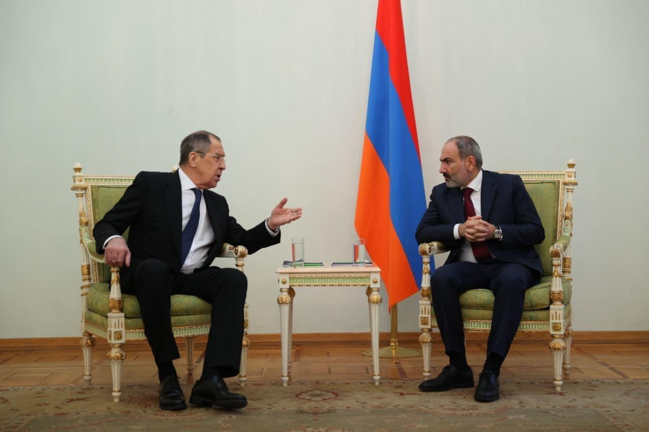 МИД прокомментировал отсутствие флага России на встрече Лаврова и Пашиняна