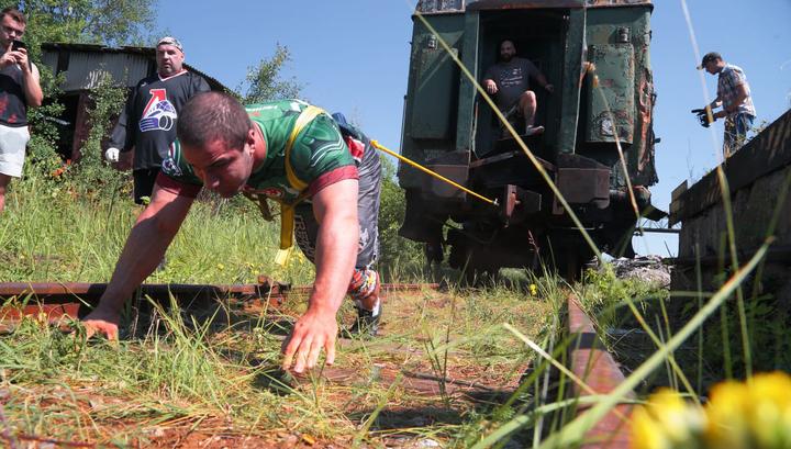 Российский регбист протащил за собой 55-тонный вагон. Видео