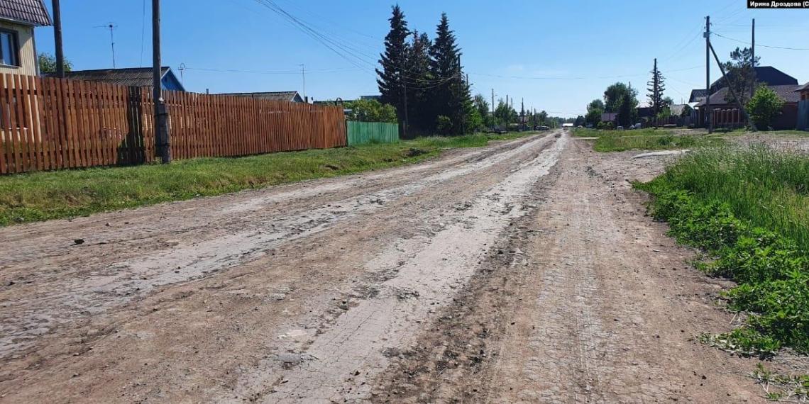 Жители омской деревни попросили Меркель отремонтировать им дорогу
