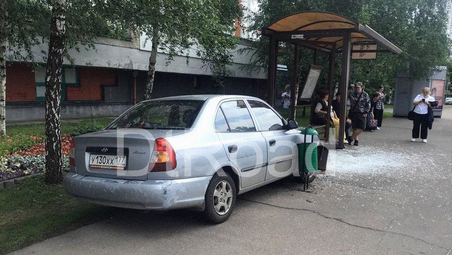 На западе Москвы машина врезалась в остановку