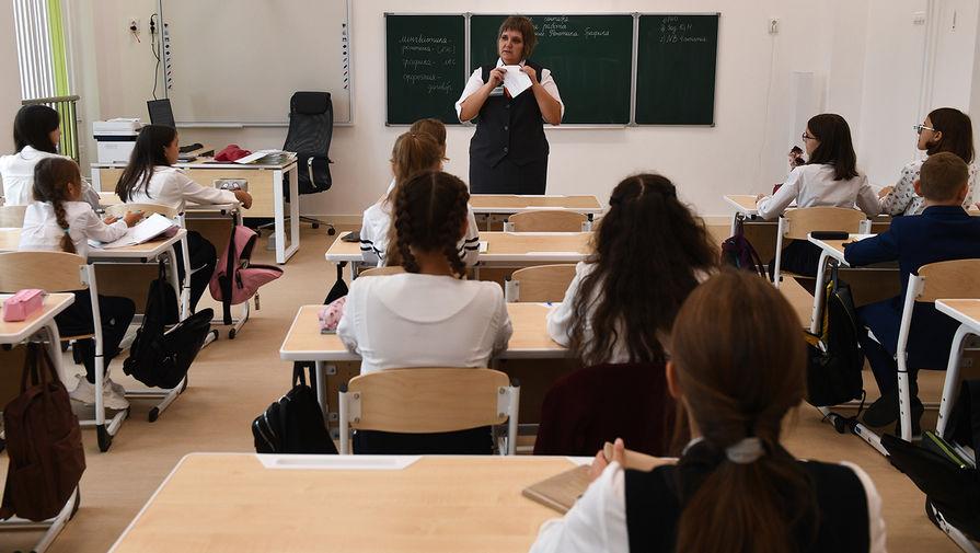 Уставший от откровенно одетых девочек директор британской школы ввел полный запрет на юбки