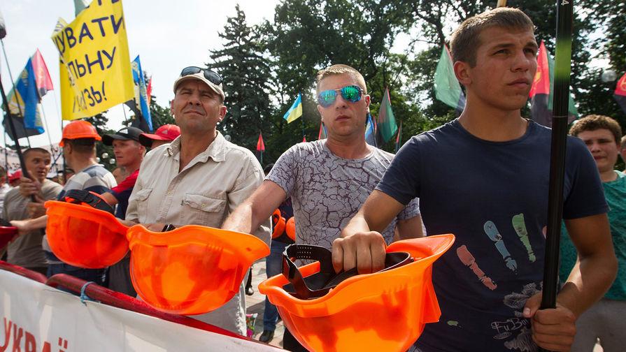 Шахтеры второй день протестуют у офиса Зеленского в Киеве