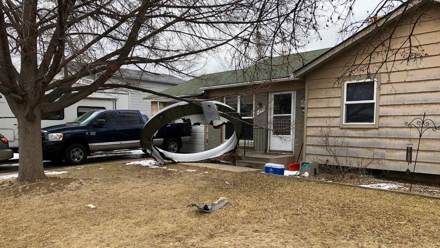 Появилось видео падения частей двигателя самолета на дома в США