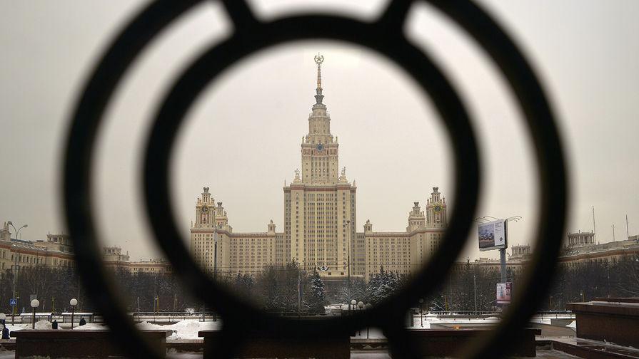 В Москве задержали руферов, забравшихся на звезду главного здания МГУ