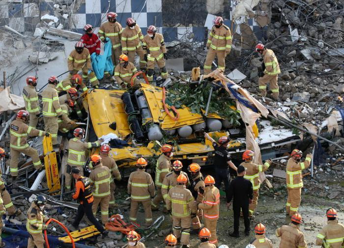 В Южной Корее рухнула аварийная пятиэтажка, раздавив автобус