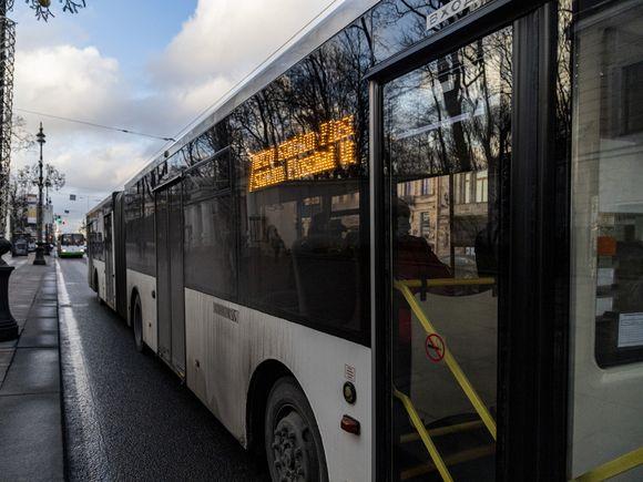 «Странная авария»: в Петербурге автобус сбил женщину, которая сама шагнула под колеса (видео)