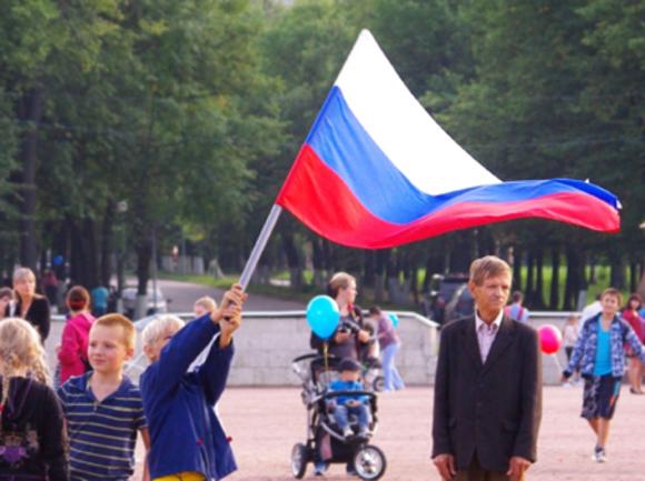 Опрос ВЦИОМ: россиян, знающих, какой именно праздник отмечается 12 июня, стало на 9% больше