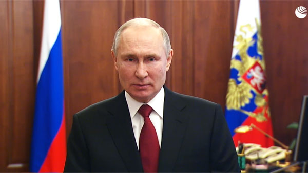 Путин поздравил россиян с Днем защитника Отечества