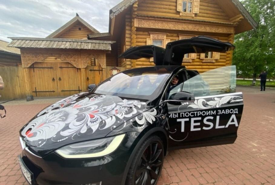 В Нижегородской области Tesla расписали «под хохлому» — и теперь ждут Илона Маска