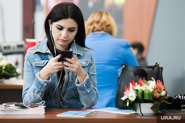 Ученый рассказал, чем опасен смартфон во время пандемии
