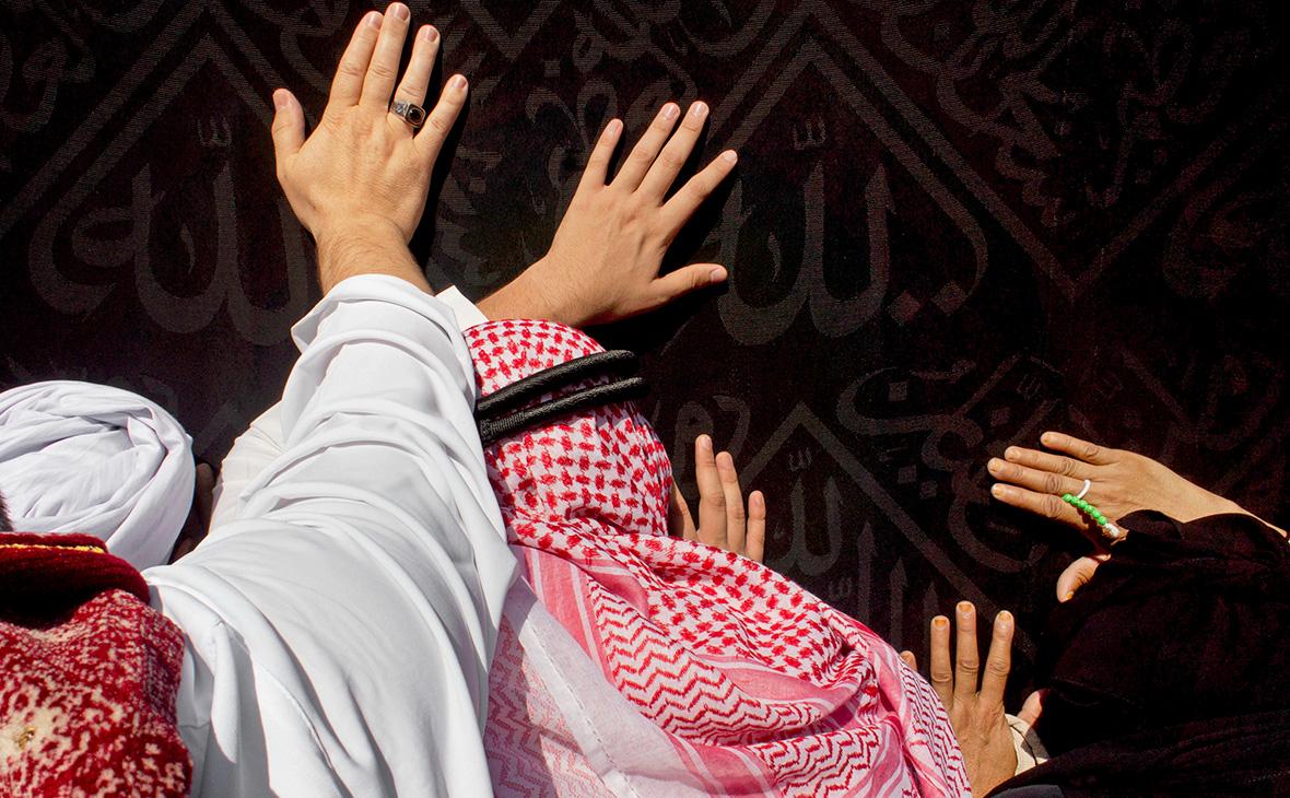 Главную святыню мусульман в Мекке открыли для молитв