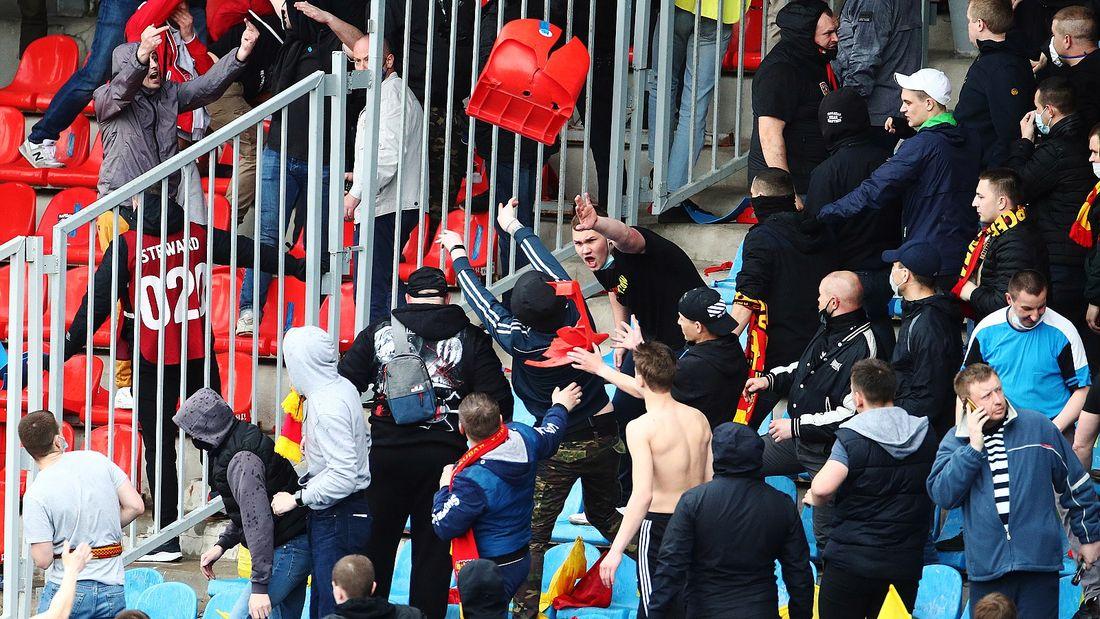 Скандал в Туле: фанаты 'Спартака' и 'Арсенала' забросали друг друга креслами. Фото/видео