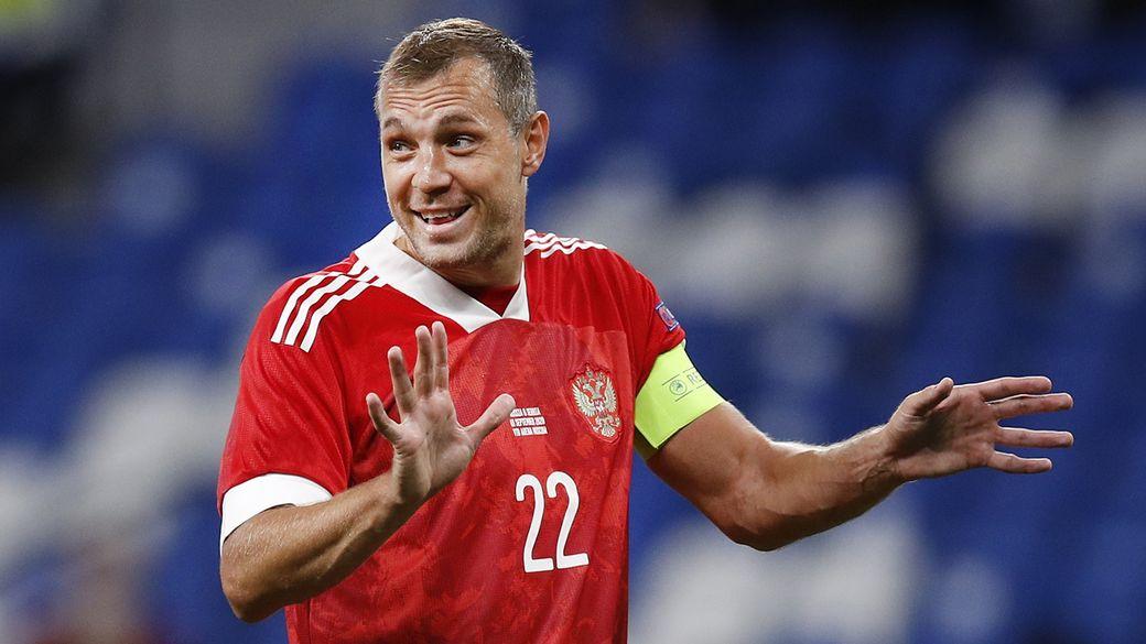 Юные болельщики из Санкт-Петербурга подарили Дзюбе кубок из глины, признав футболиста лучшим игроком ЧЕ-2020