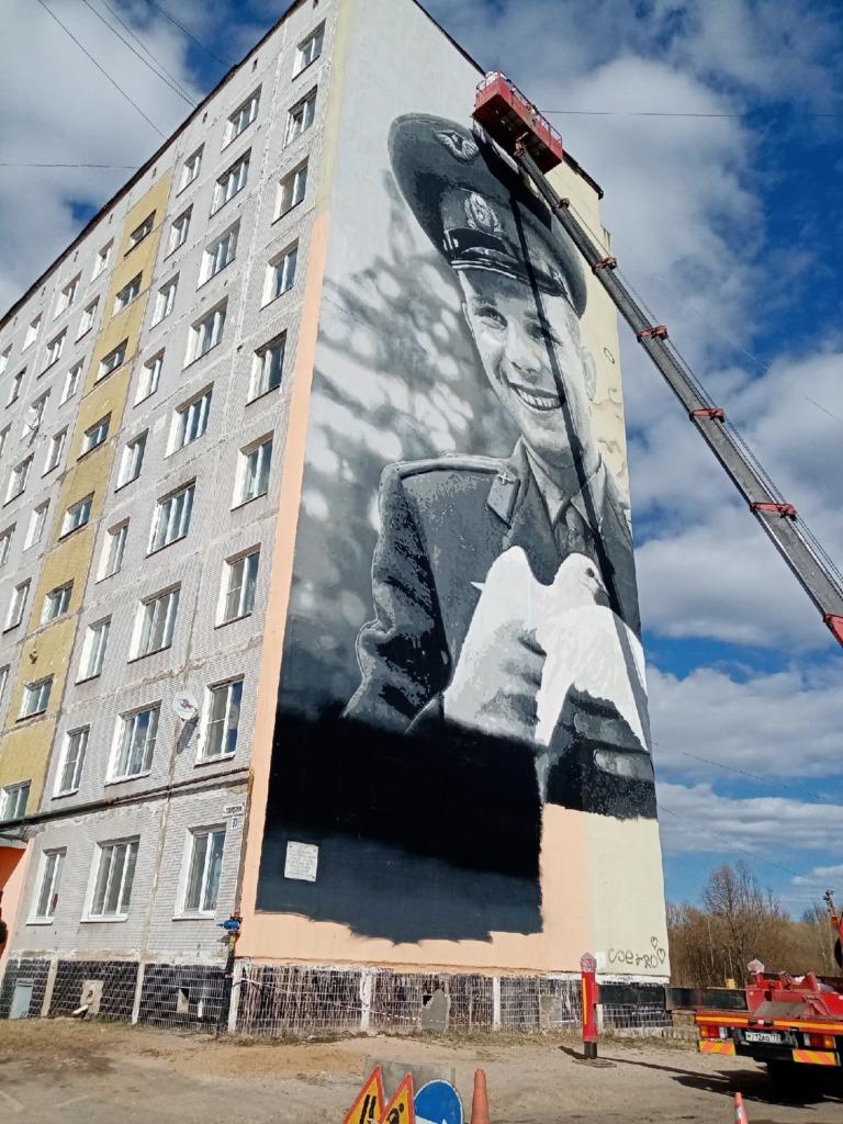В Гагарине «сдали» полиции художников и водителя «вышки» из-за граффити первого космонавта