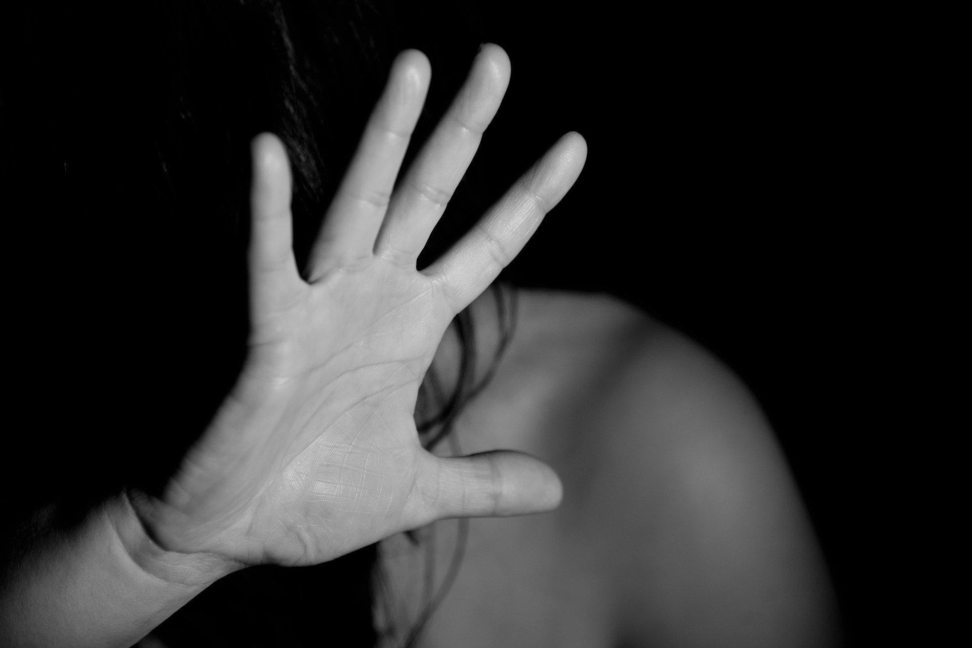 На Сахалине у ворот школы-интерната нашли раздетую и окровавленную девочку-подростка
