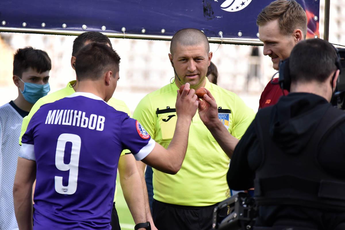 Украинские футболисты на Пасху заменили подбрасывание монеты перед матчем яичным боем