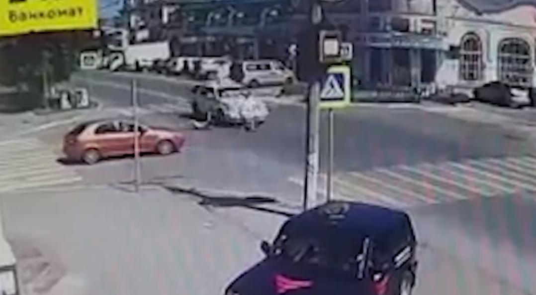 Машина свадебного кортежа сбила двух девочек на пешеходном переходе в Челябинской области