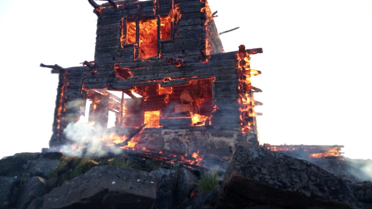 Церковь из фильма 'Остров' в Карелии сгорела дотла
