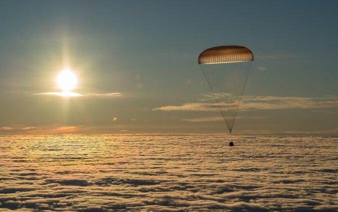 Два космонавта и астронавт вернулись с МКС на Землю